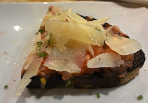 Grilled country bread with tomato and manchego